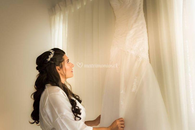 Novia junto a su vestido