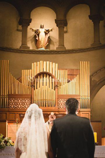 Frente al altar