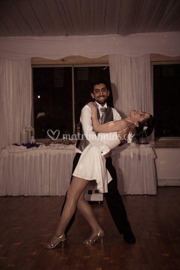 Novios bailando salsa