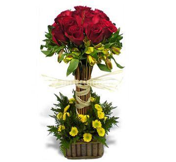 Topiario con rosas y flores silvestres
