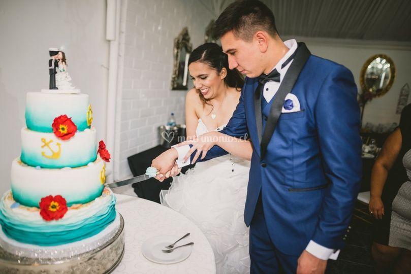 Novios cortando su torta..