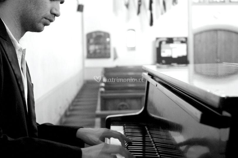 Mark Cooper voz y teclado