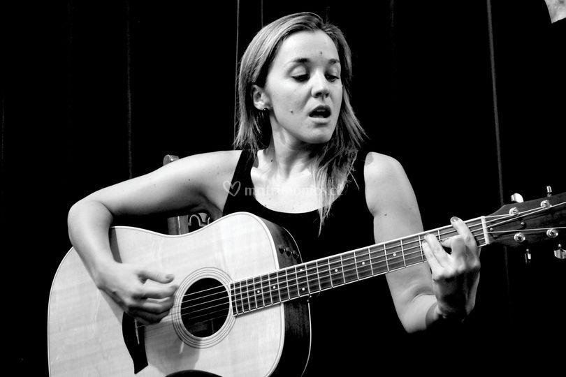 María Paz Cerón-voz y guitarra