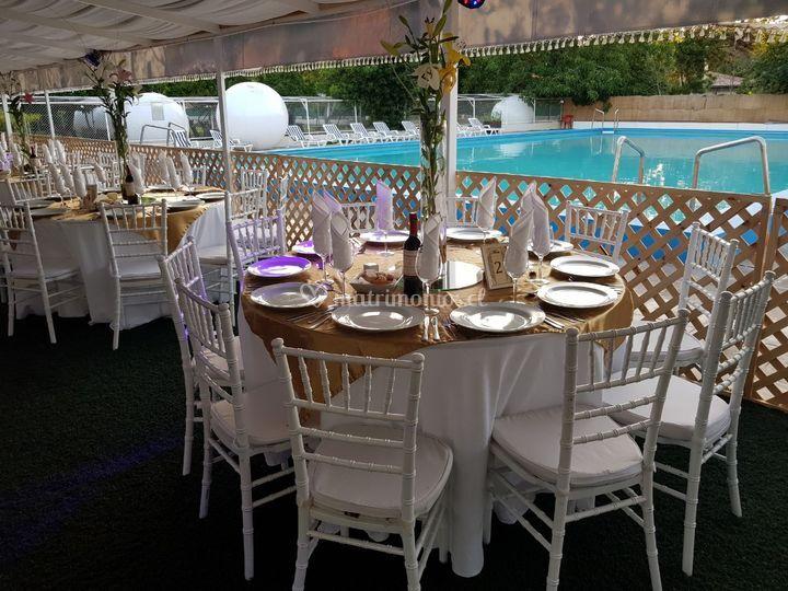 Cena junto a la piscina