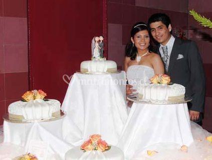 Los novios con las tortas