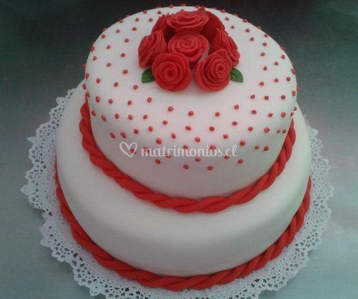 Pastel de bodas decorado con rosas