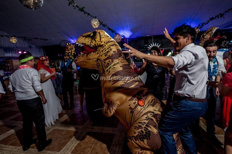 T-rex bailando con invitados