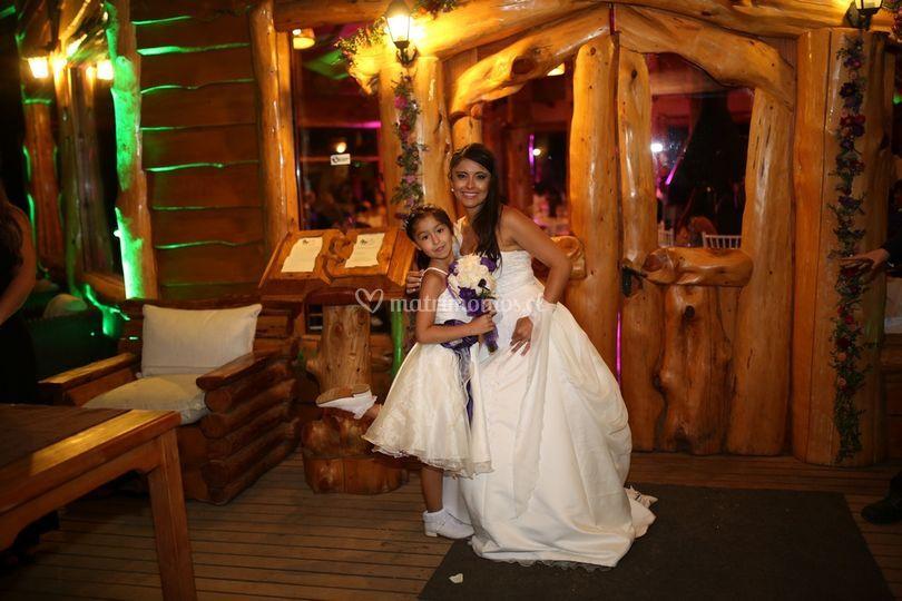 La hermosa novia y su hija