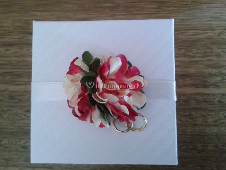 Parte blanco con flor roja