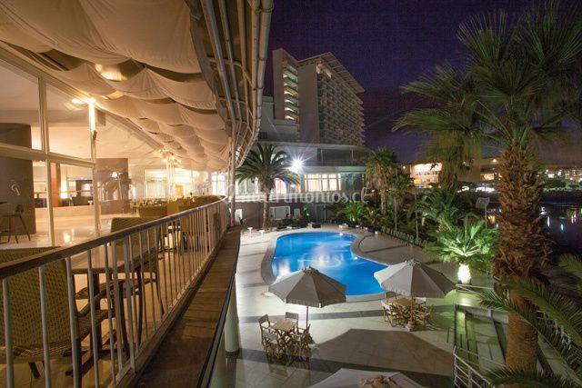 Terraza y sector de la piscina