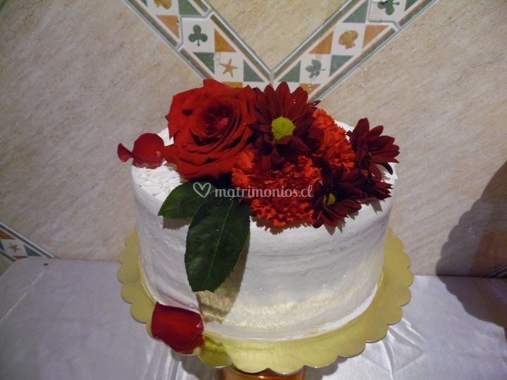 Pastel de crema y flores fres.