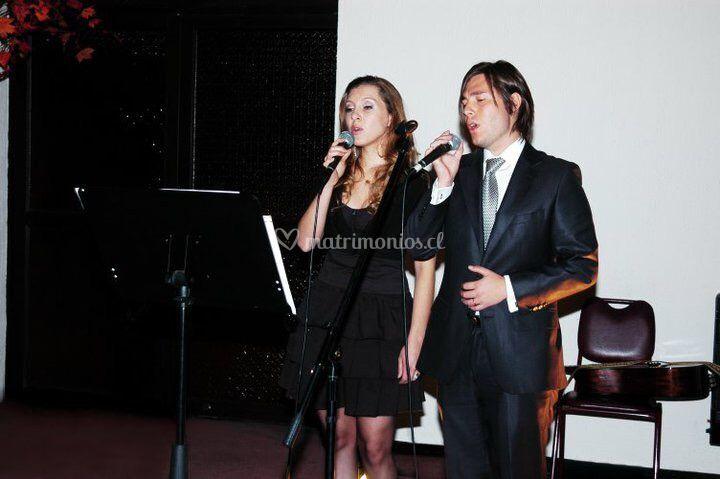 Cantando a dúo en iglesia