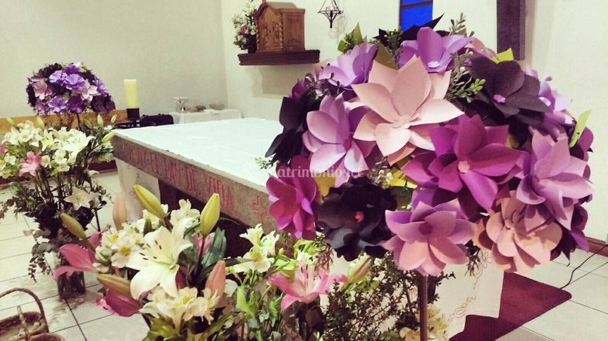 Altar decorado con atriles