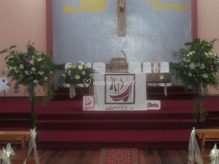 Detalles florales en el altar