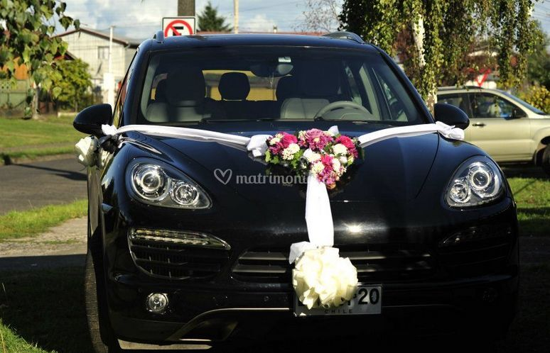 Auto de matrimonio decorado