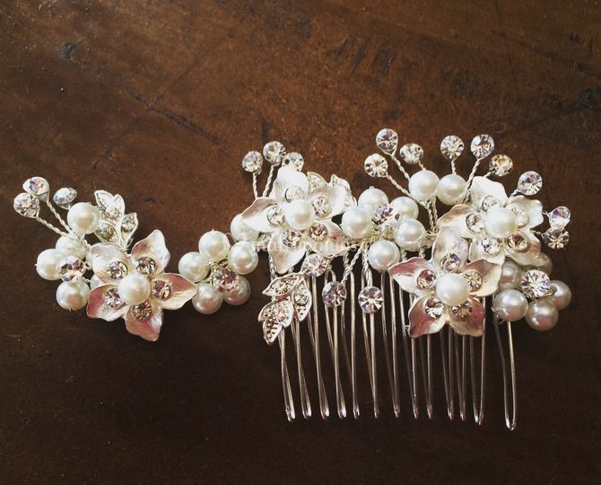 Peineta perlas y flores