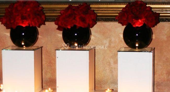 Floreros con rosas rojas
