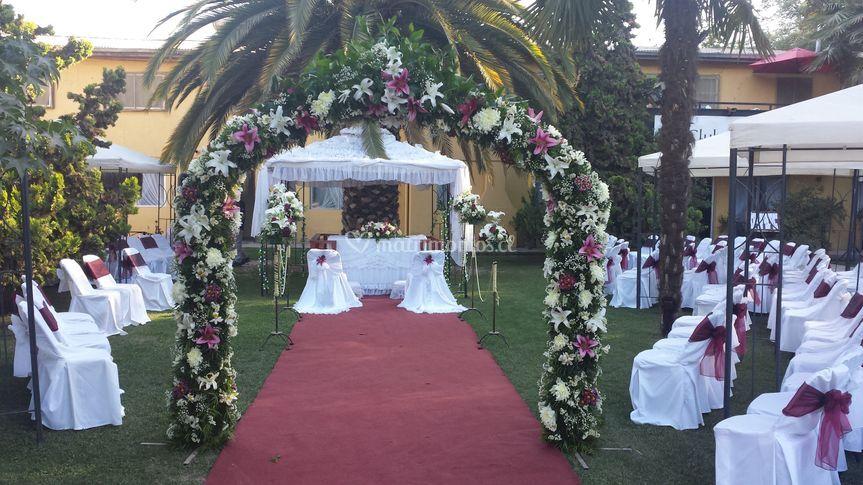 Ceremonia con arco en jardines