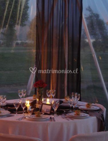 Mesa con rosas rojas