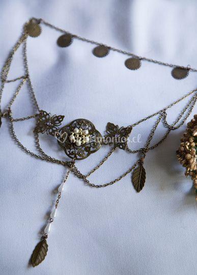 Cadena envejecida y perlas