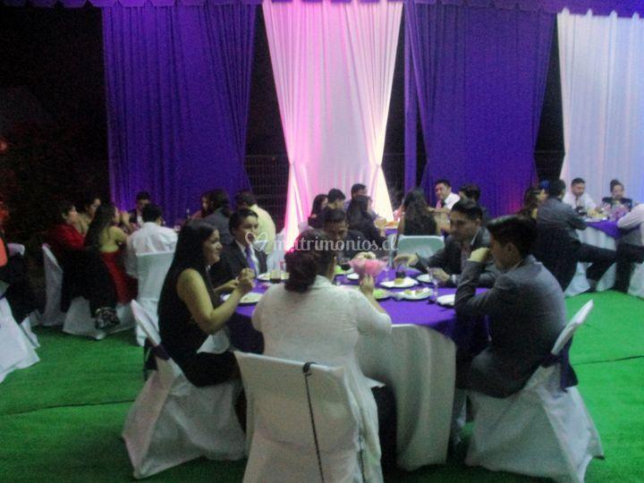 Invitados Cenando