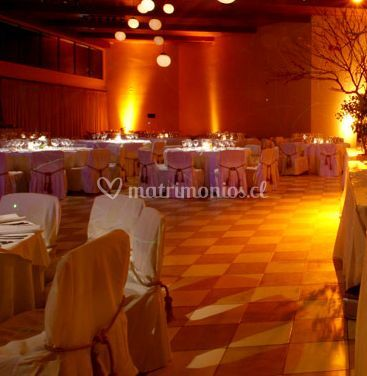Salón decorado con luz anaranjado y luces de papel