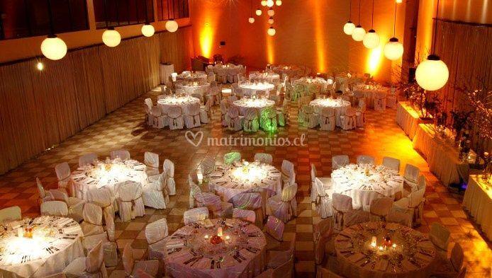 El salón con todas las mesas puestas