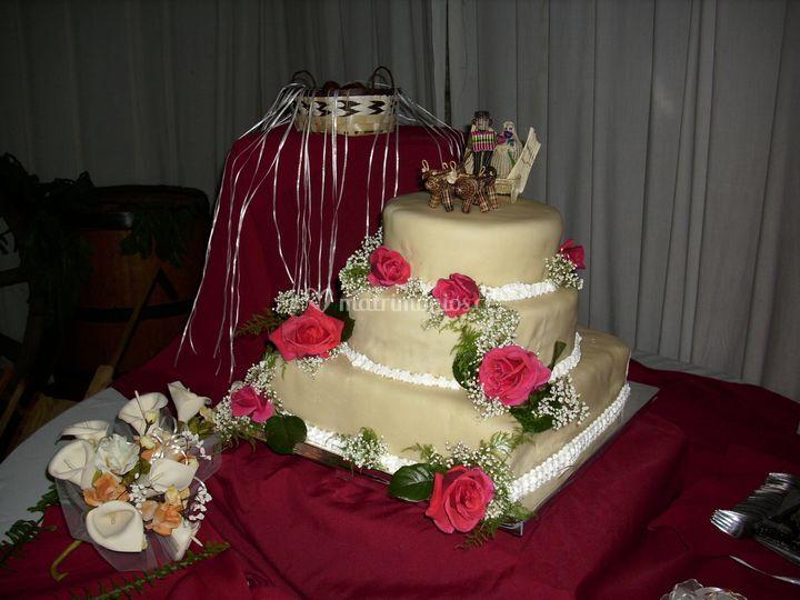 Torta en manteleria roja