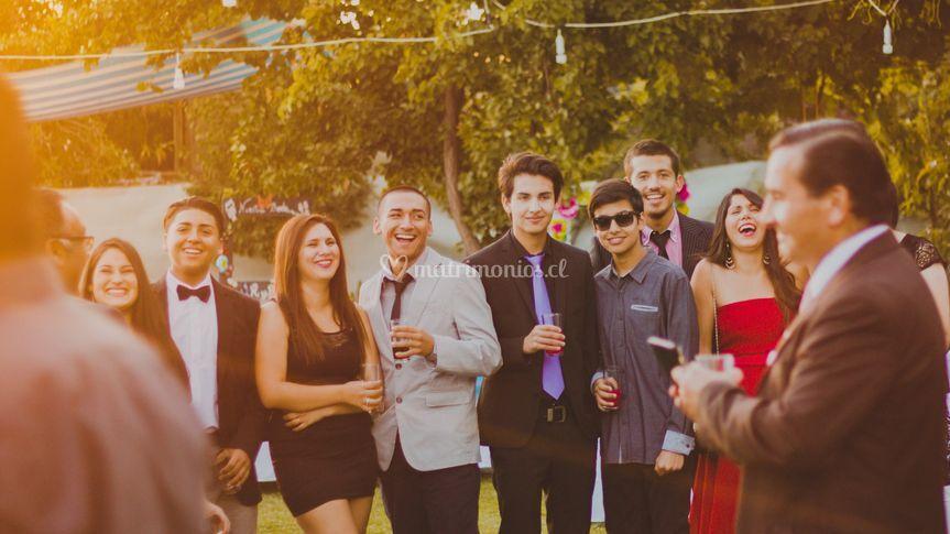 Gente divirtiéndose en fiesta
