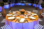 Mesa con mantel anaranjado de Arena Puerto Montt