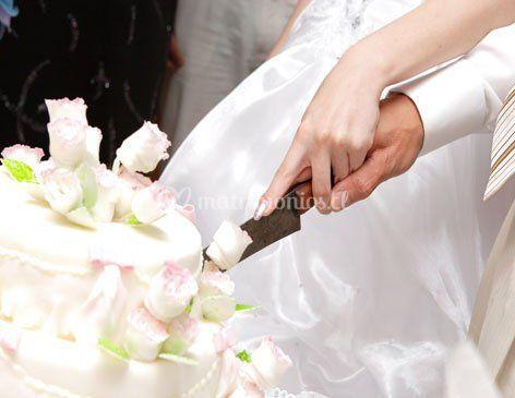 Los novios cortando la torta