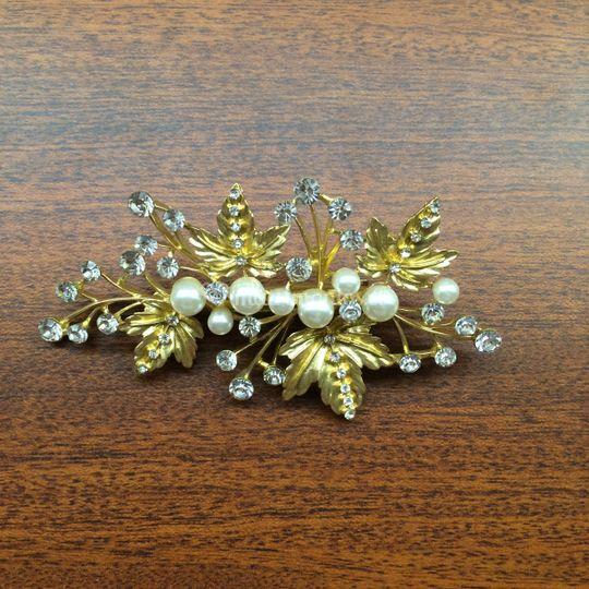 Con dorado y perlas