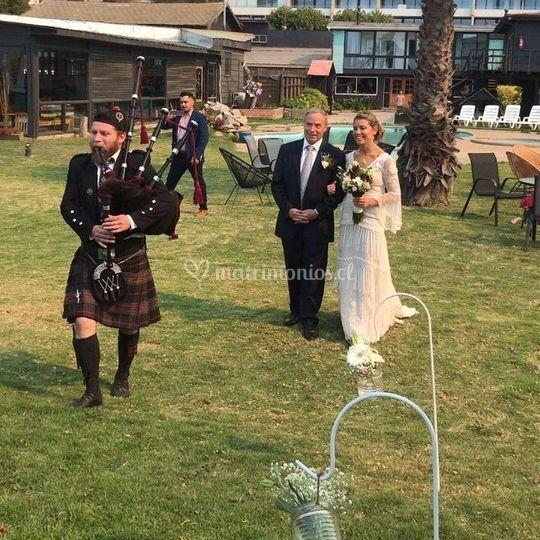 Preciosa novia hacia el altar