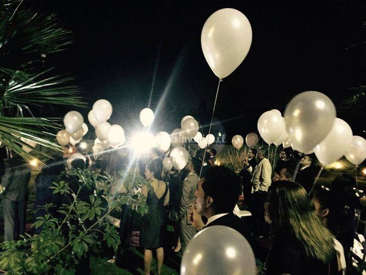 Lanzamientos de globos blancos