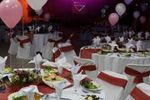 La mesa con los platos servidos de 3B Eventos
