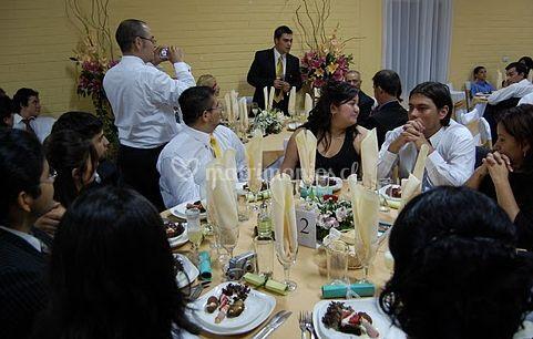 Invitados comiendo