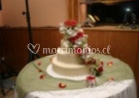 Torta de novios con rosas rojas y blancas