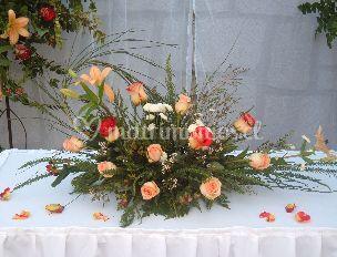 Arreglo floral en la mesa principal