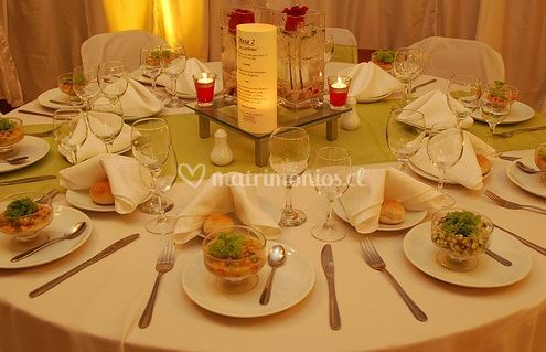 Mesas con verde y blanco