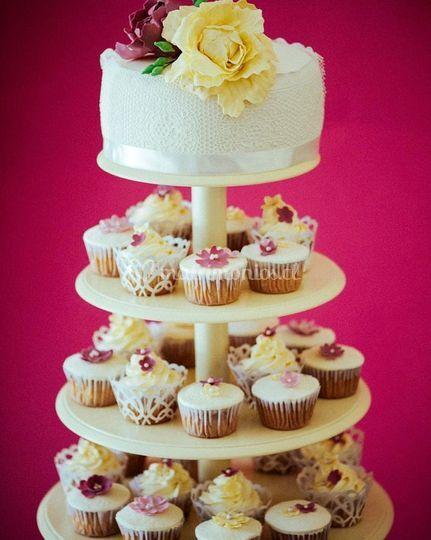 Cupcakes y Torta en Atril