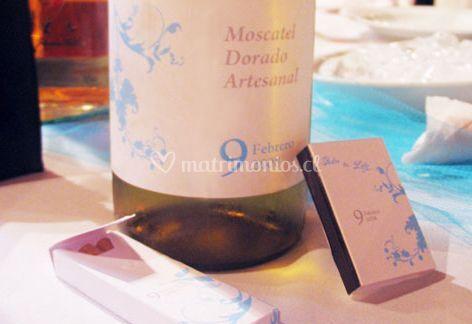 Botella de vino con fosforos con detalles celestes