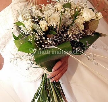 Ramo de flores blancas con hojas