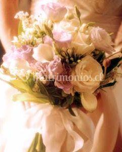 Ramo con flores en colores claros