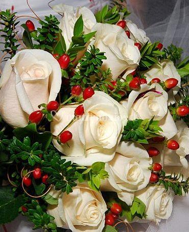 Ramo de rosas blancas con frutos rojos