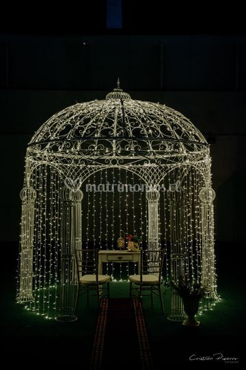 Pérgola ceremonial iluminada