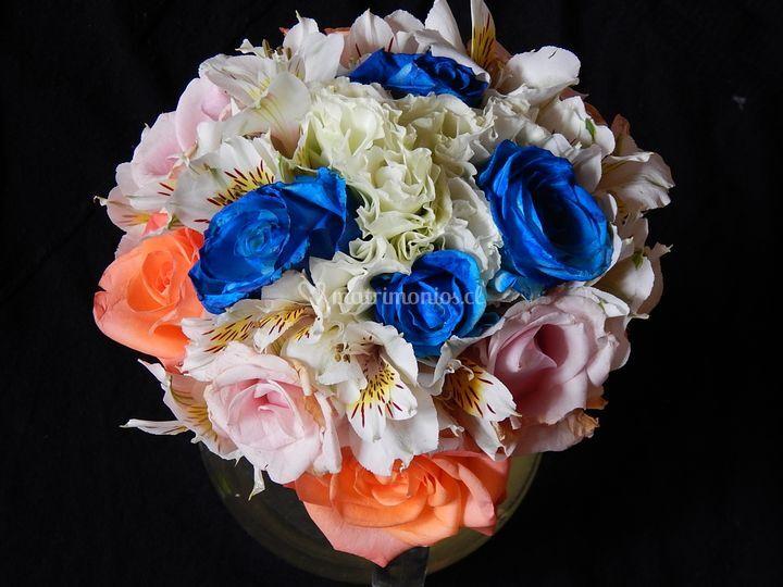 Ramo rosas azules o anaranjadas