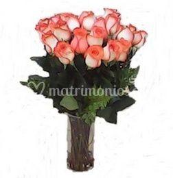 Rosas rosadas en jarrón