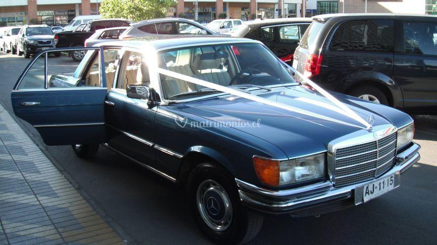 Mercedes 280SE esperando a la novia