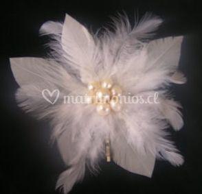 Tocado de plumas y flor confeccionada con perlas de río al centro