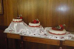 Torta con flores rojas en pastillaje